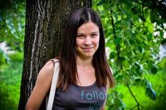 детеныши усмешки девушки Стоковое Фото
