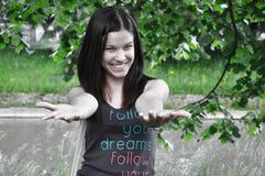 детеныши усмешки парка девушки стоковое изображение rf