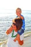 детеныши утра семьи пляжа Стоковые Изображения