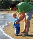 детеныши утра семьи пляжа Стоковые Фотографии RF