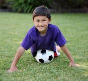 детеныши футбола latino мальчика шарика Стоковое Изображение