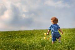детеныши холма мальчика вверх гуляя Стоковые Фото