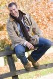 детеныши человека загородки сидя Стоковые Фотографии RF