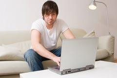 детеныши человека компьтер-книжки компьютера работая Стоковое Изображение