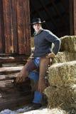 детеныши человека привлекательного сена bales полагаясь Стоковое Фото