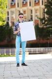 детеныши человека удерживания картона сь белые Стоковые Фотографии RF