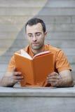 детеныши чтения взрослой книги красивые Стоковая Фотография RF
