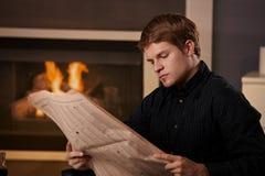 детеныши чтения газеты человека стоковые фотографии rf