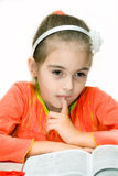 детеныши чтения девушки книги Стоковая Фотография