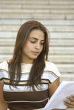 детеныши чтения девушки Стоковое фото RF