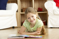 детеныши чтения дома девушки книги стоковое изображение rf
