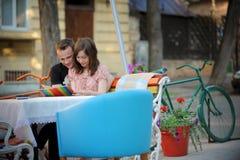детеныши чтения меню пар кафа Стоковая Фотография RF