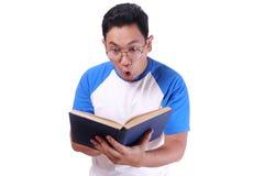 детеныши чтения человека книги Стоковые Изображения