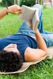 детеныши чтения человека стоковые изображения rf