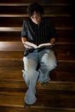 детеныши чтения человека Стоковые Изображения