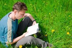детеныши чтения человека Стоковое Изображение