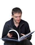 детеныши чтения человека Стоковые Фотографии RF