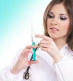 детеныши шприца удерживания доктора женские Стоковое Изображение RF