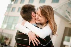 детеныши embracement пар счастливые стоковая фотография