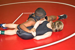 детеныши hammerlock мальчиков wrestling стоковое фото