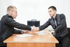 детеныши handshaking бизнесменов Стоковая Фотография RF