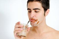 детеныши milkshake человека шоколада выпивая Стоковые Фотографии RF