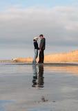 детеныши seashore пар Стоковые Фотографии RF