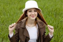 детеныши whte шлема зеленого цвета травы девушки способа Стоковая Фотография