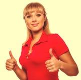 Детеныш женщины девушки счастливый показывает большие пальцы руки положительного знака да, в красное sh Стоковые Изображения
