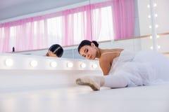 Детеныш и неимоверно красивая балерина представляющ и танцующ в белой студии вполне света Стоковые Изображения RF