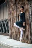 Детеныш и неимоверно красивая балерина представляющ и танцующ в белой студии вполне света Стоковые Фото