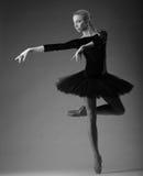 Детеныш и неимоверно красивая балерина в черном обмундировании представляющ и танцующ в студии Искусство классического балета Стоковая Фотография RF