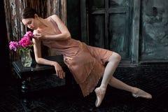 Детеныш и неимоверно красивая балерина представляют в черной студии Стоковое Изображение