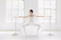Детеныш и неимоверно красивая балерина представляющ и танцующ в белой студии Стоковая Фотография RF