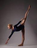 Детеныш и неимоверно красивая балерина представляющ и танцующ в студии Искусство классического балета Стоковые Изображения