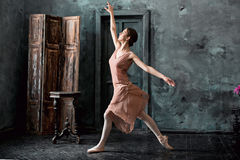 Детеныш и неимоверно красивая балерина представляющ и танцующ в черной студии Стоковое фото RF