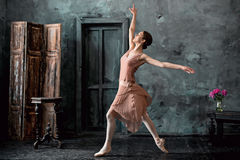 Детеныш и неимоверно красивая балерина представляющ и танцующ в черной студии Стоковая Фотография RF