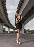 Детеныш и неимоверно красивая балерина представляющ и танцующ o Стоковое Фото