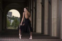 Детеныш и неимоверно красивая балерина представляющ и танцующ o Стоковое Изображение RF