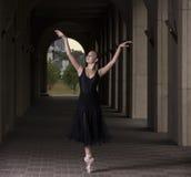 Детеныш и неимоверно красивая балерина представляющ и танцующ o Стоковое фото RF