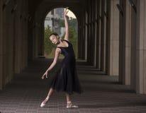 Детеныш и неимоверно красивая балерина представляющ и танцующ o Стоковые Фото
