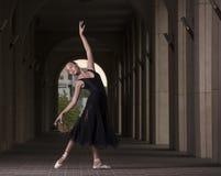 Детеныш и неимоверно красивая балерина представляющ и танцующ o Стоковые Изображения