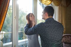 Детеныш поженился ссоры пар в современном доме окном Стоковая Фотография