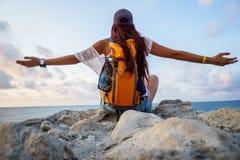 Детеныш резвится свобода женщины туристская наслаждаясь и сценарные виды на море Стоковые Изображения