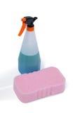 Детержентные бутылка брызга и пусковая площадка губки на белой предпосылке Стоковые Изображения