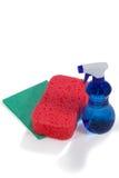 Детержентные бутылка брызга, пусковая площадка губки и пусковая площадка wipe на белой предпосылке Стоковое Изображение RF
