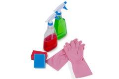 Детержентные бутылки брызга, пусковая площадка губки и перчатка резины на белой предпосылке Стоковые Изображения RF