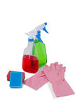 Детержентные бутылки брызга, пусковая площадка губки и перчатка резины на белой предпосылке Стоковые Фотографии RF