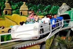 дети автомобилей управляя funfair меньшяя игрушка стоковые фото