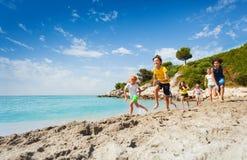 Дети бегут на пляже на дне лета горячем Стоковые Изображения RF